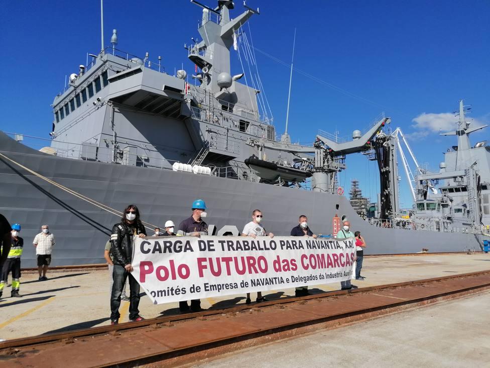 Los integrantes del comité reclamando carga de trabajo ante el buque AOR para la Armada de Australia