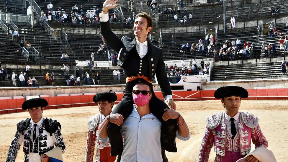 Leonardo Hernández en su salida a hombros este domingo en el Coliseo de Nimes