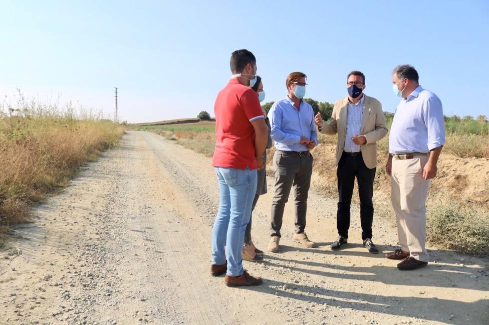 Visita de Manuel Andrés González a uno de los caminos rurales