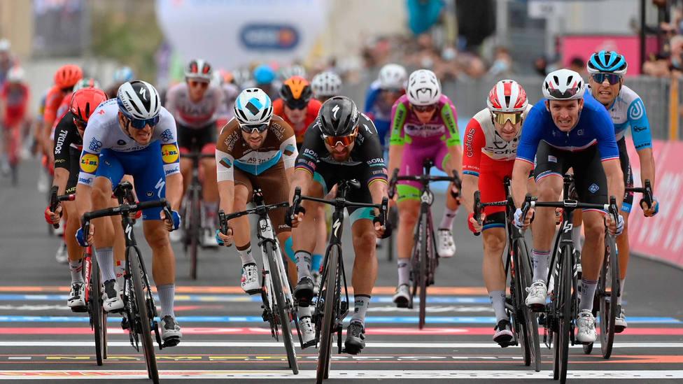 Arnaud Demare vence a Peter Sagan en un sprint ajustado al término de la cuarta etapa. EFE