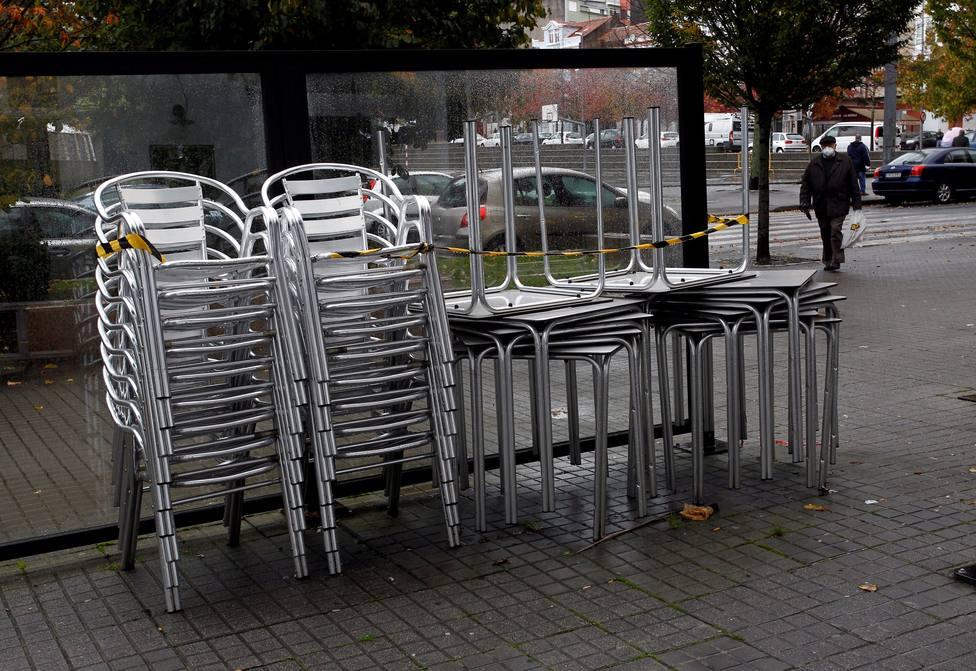 Sillas y mesas de una terraza de un local de hostelería de O Inferniño amontonadas - FOTO: EFE / Kiko Delgado