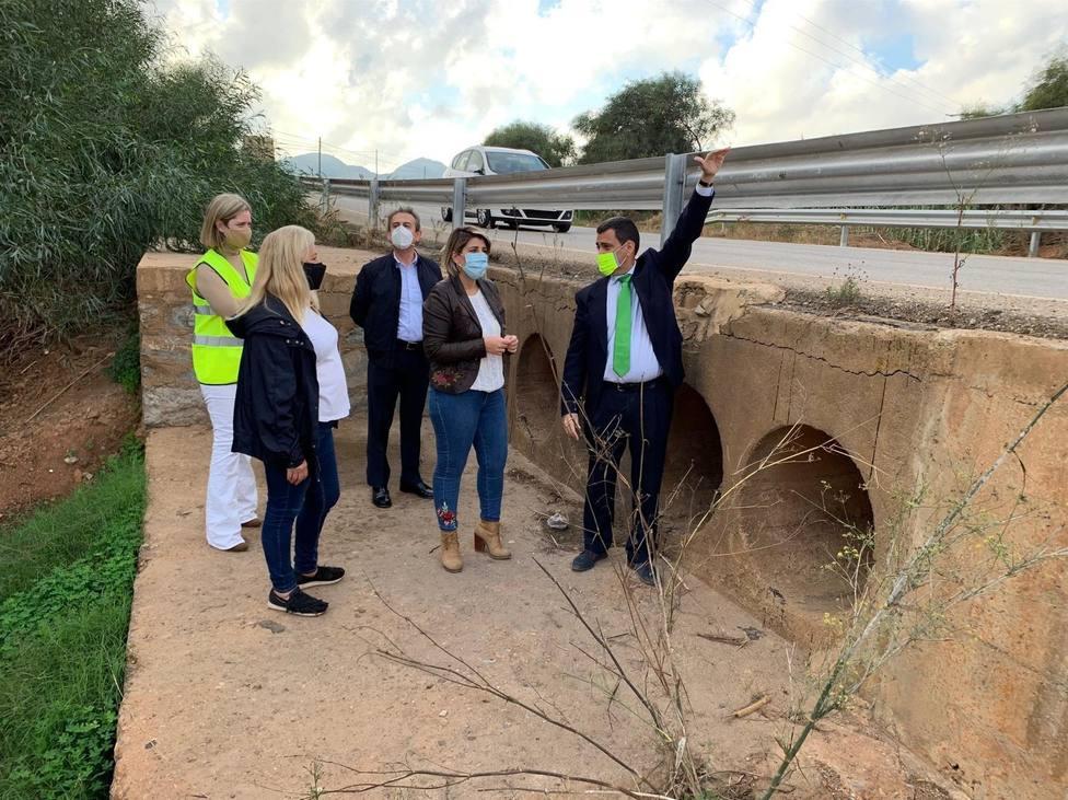 Fomento ampliará el drenaje de la carretera que une Los Urrutias con Los Nietos en La Carrasquilla