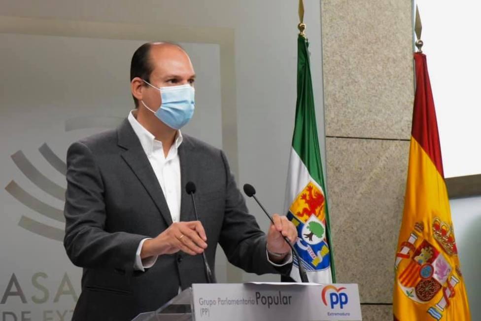 Luis Alfonso Hernández Carrón, portavoz de Hacienda del PP de Extremadura, en rueda de prensa