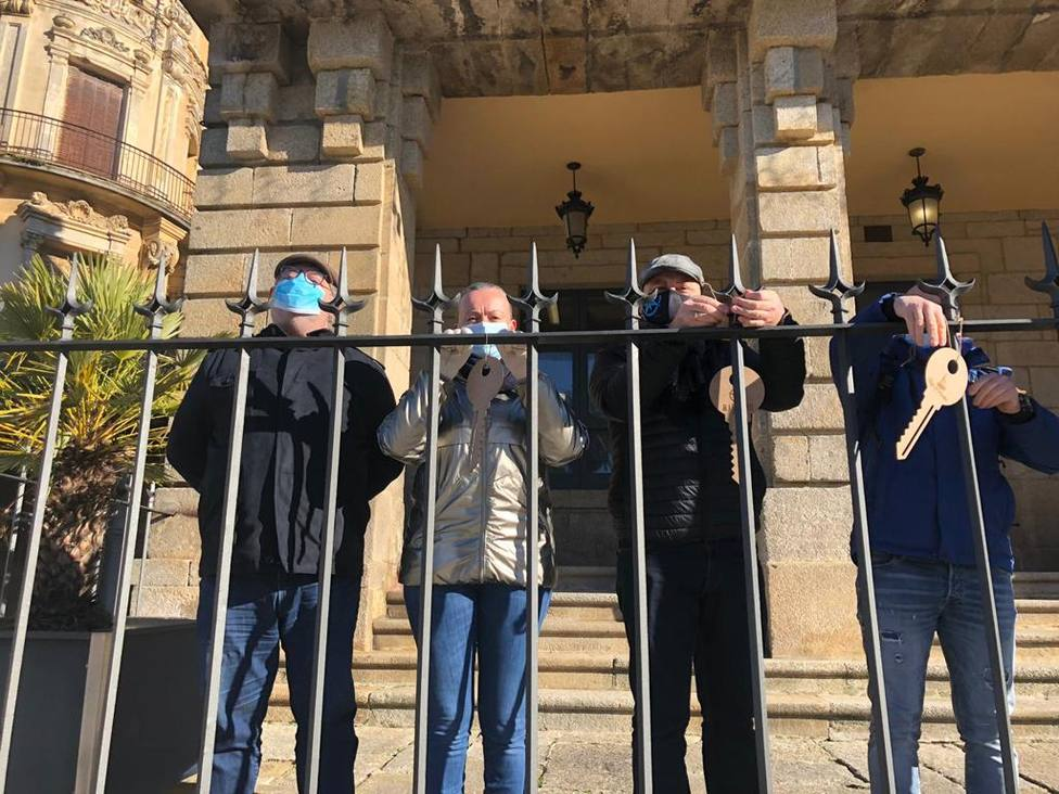 """Hosteleros de Ribadeo cuelgan las llaves de sus locales para que """"Feijóo las recoja"""""""