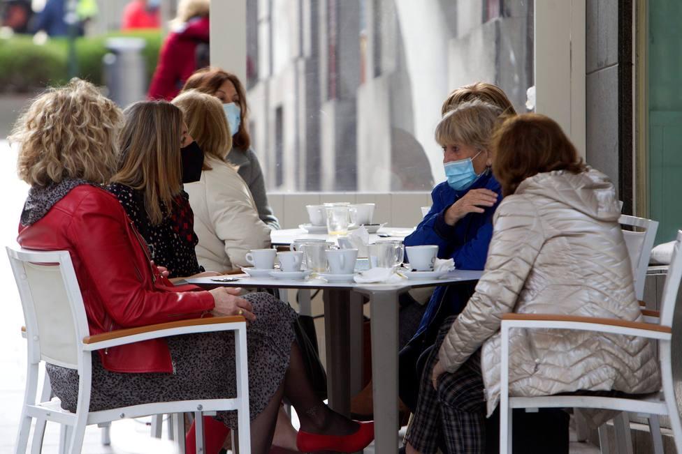 Un grupo de amigas disfrutando de una terraza - FOTO: EFE / Salvador Sas