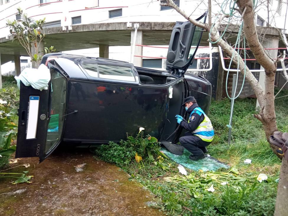 El vehículo accidentado acabó volcado - FOTO: Protección Civil de Cedeira