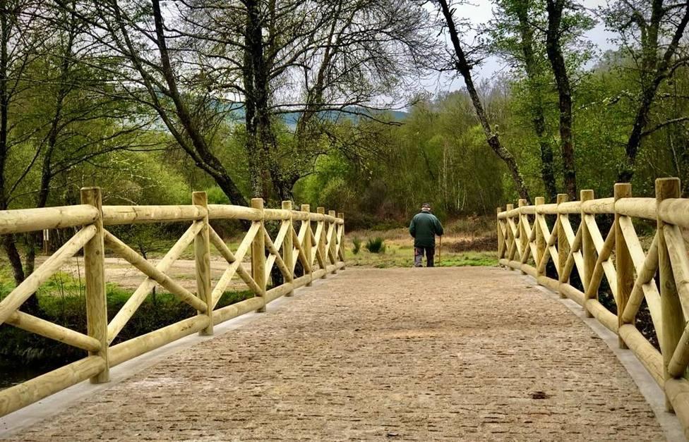 Un vecino cruzando el nuevo puente de Tintores