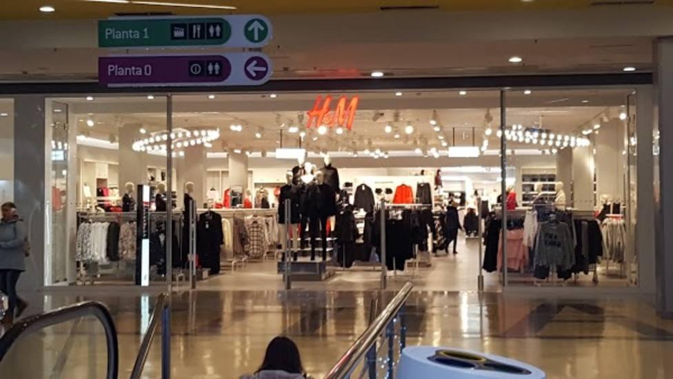 Zona de entrada a la tienda de H&M en el Centro Comercial Odeón de Narón