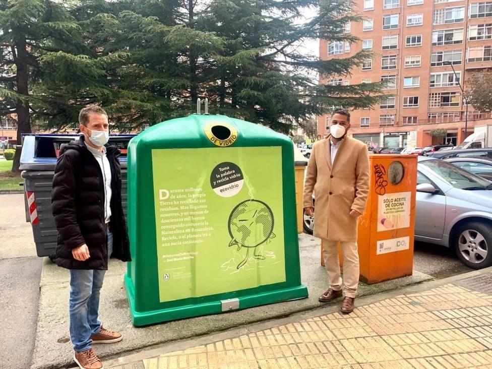 Josué Temiño (I), concejal de Medio Ambiente, y José Carlos Agustina, gerente de zona de Ecovidrio.