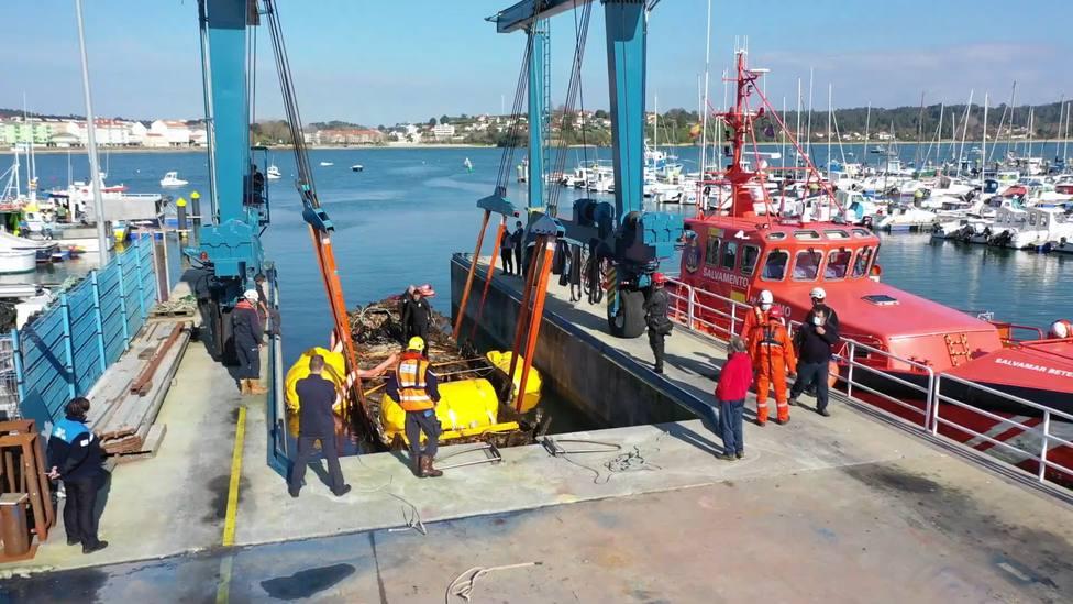 Momento del izado de los restos sacados del fondo de las agua en Ares - FOTO: Salvamento Marítimo