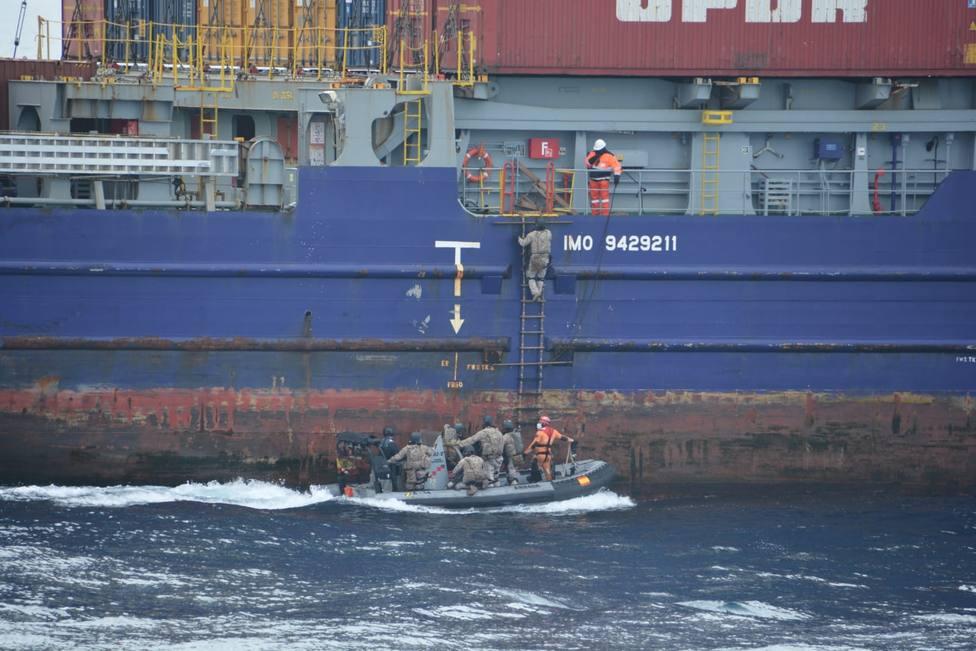 Momento del abordaje del buque portacontenedores -FOTO: Armada
