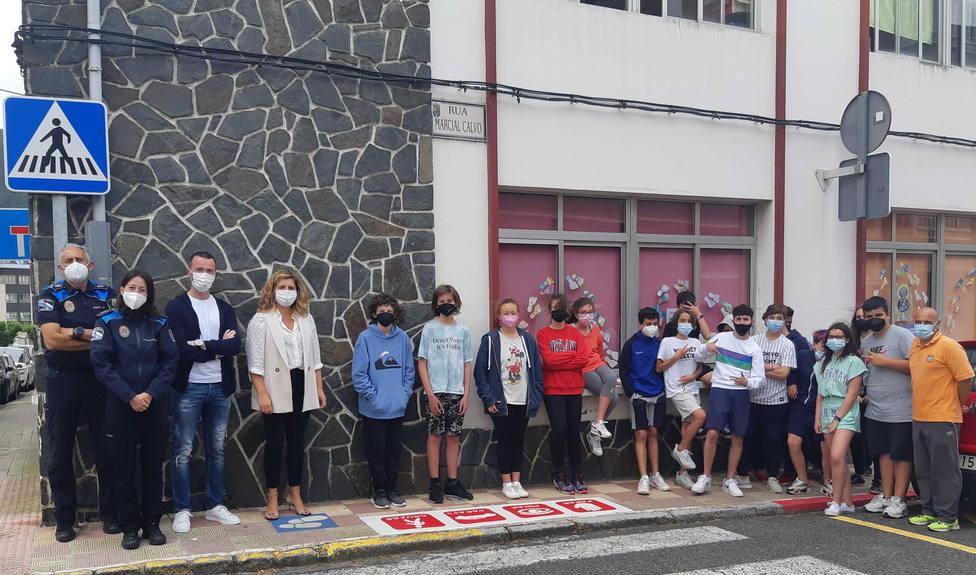 Alumnos del colegio Jorge Juan con Marián Ferreiro y otros trabajadores municipales. FOTO: concello Narón