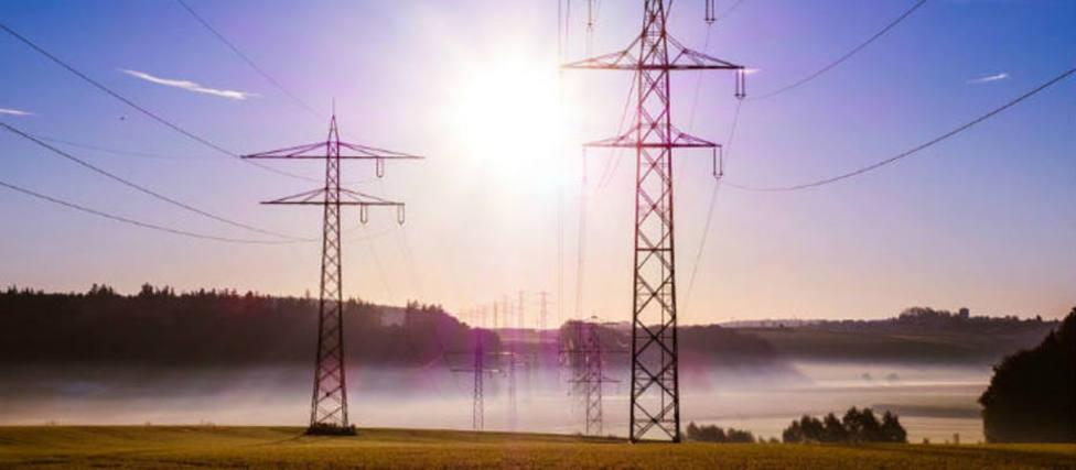 El precio de la electricidad baja hasta un 4 % pero sigue por encima de 90 €/MWh