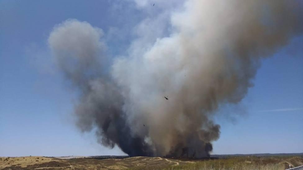 El incendio de Villarrasa afecta a unas 500 hectáreas y la extinción avanza bien, según el alcalde