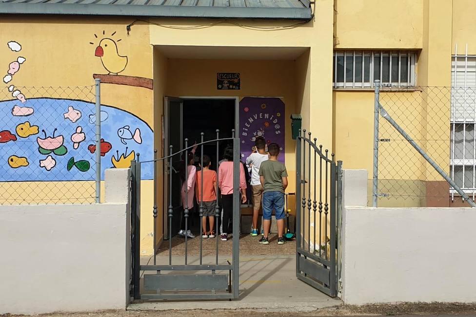 Los nueve menores escolarizados en el CRA de Villamartín de la Abadía (León) se quedan sin entrar al colegio como protesta por la falta de desdoblamiento del aula