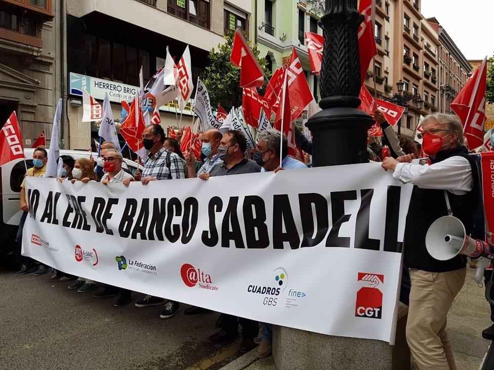Los sindicatos de Banco Sabadell convocan movilizaciones en ocho provincias por el ERE