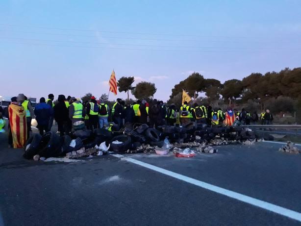 Los CDR cortan la autopista AP-7 en LAmpolla (Tarragona)