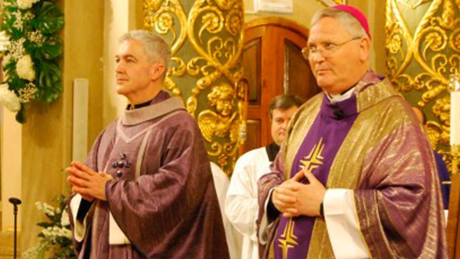Héctor Madrona (a la izquierda) recibe el Orden Sacerdotal el pasado 2 de diciembre