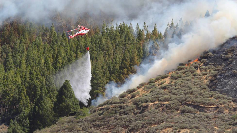 un helicóptero trabaja en las labores de extinción en la zona de Artenara (Gran Canaria)