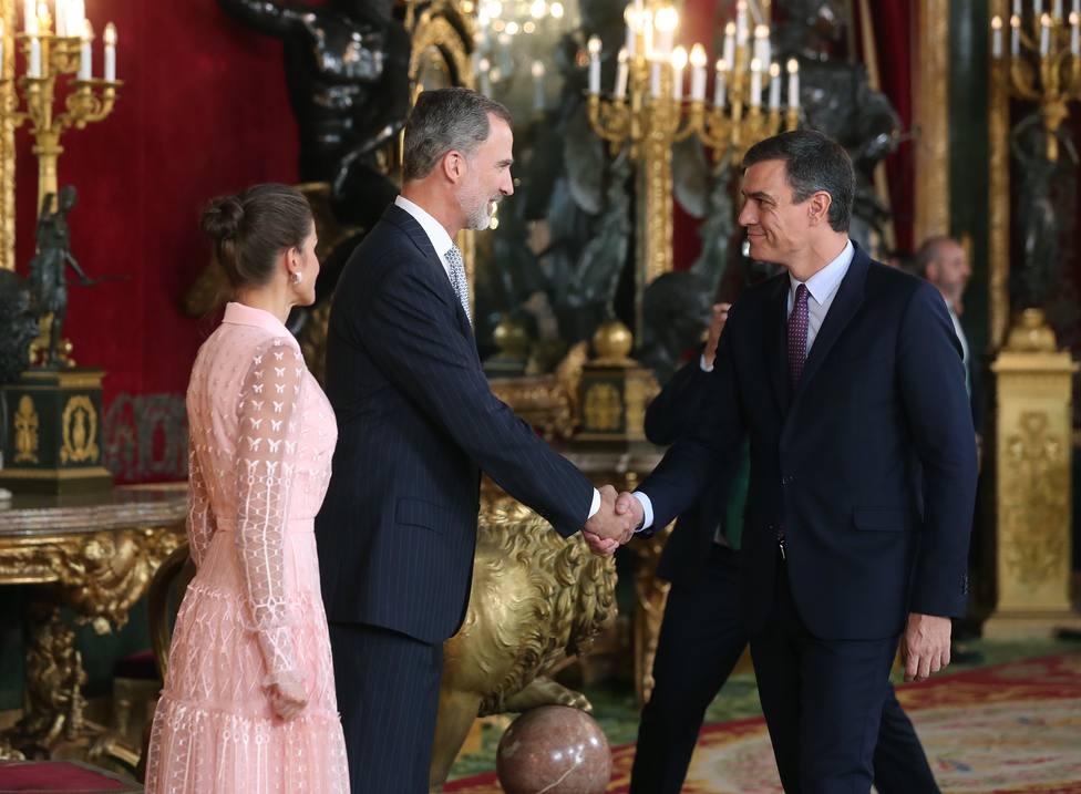 Los Reyes saludan a Pedro Sánchez durante la recepción en el Palacio Real de 12-O
