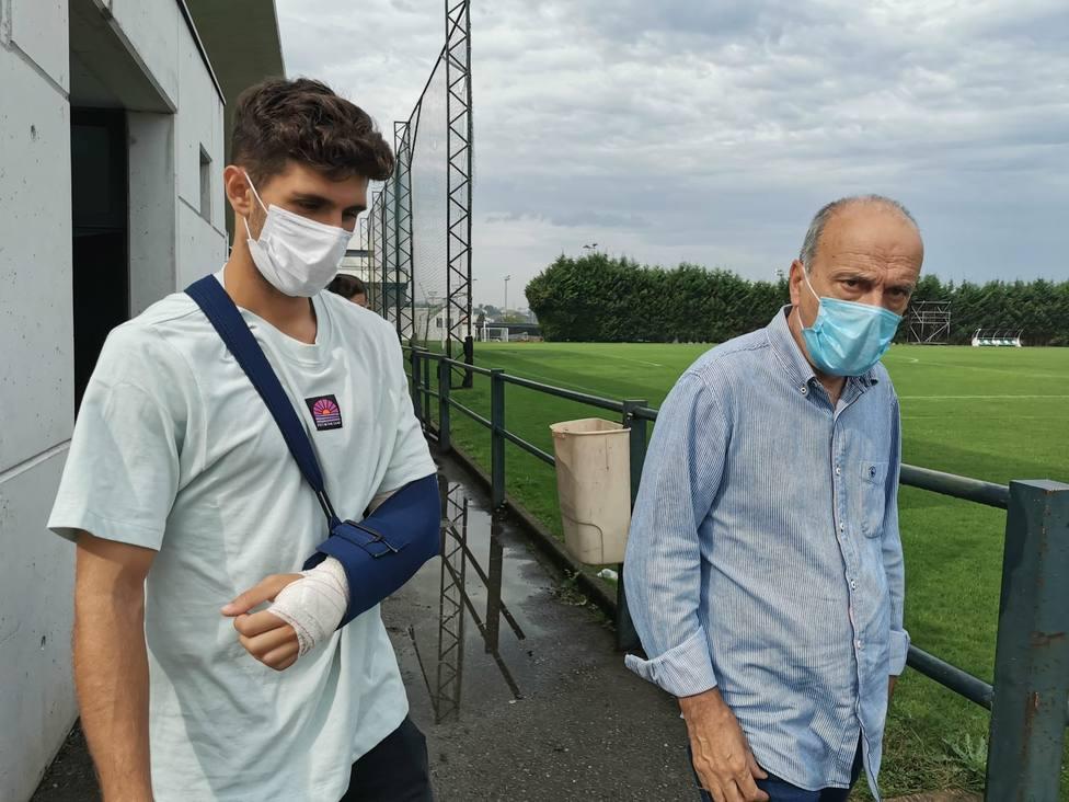 Óscar Gil, con el brazo inquierdo movilizado, junto al doctor Mantecón este jueves. Foto: Real Racing Club