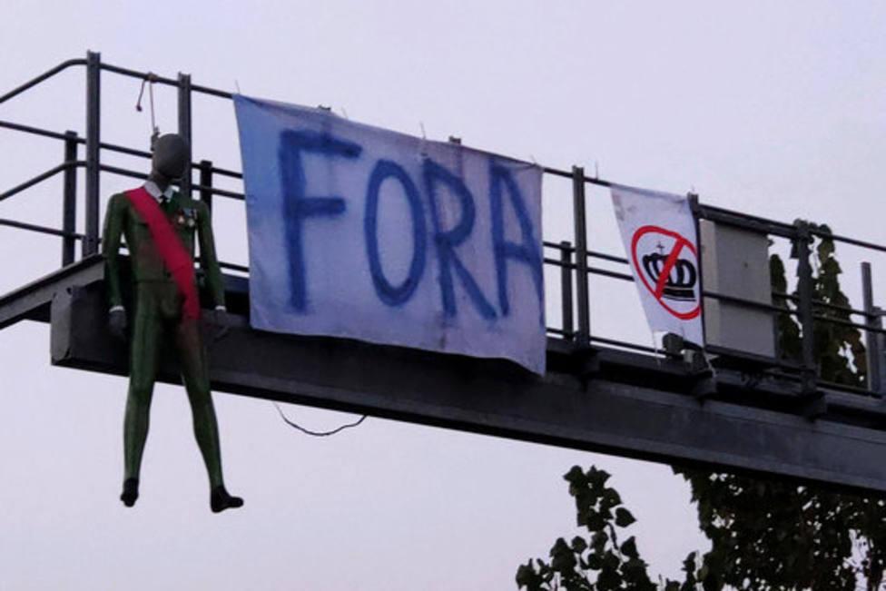 El maniquí que representa a Felipe VI, colgado del radar de Cassà de la Selva este viernes