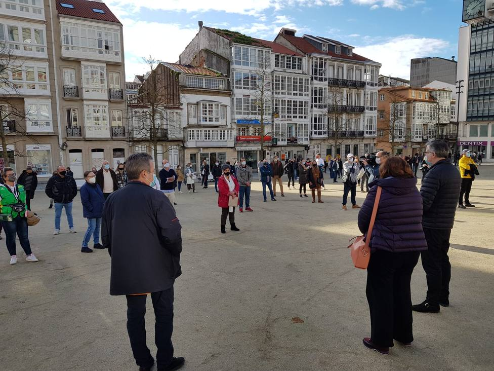 Hosteleros y comerciantes concentrados en la plaza de Armas de Ferrol