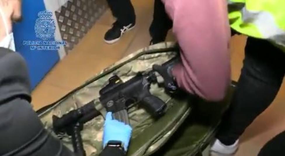 Ocultaba un fusil de asalto M4, similar a los utilizados por el ejército americano