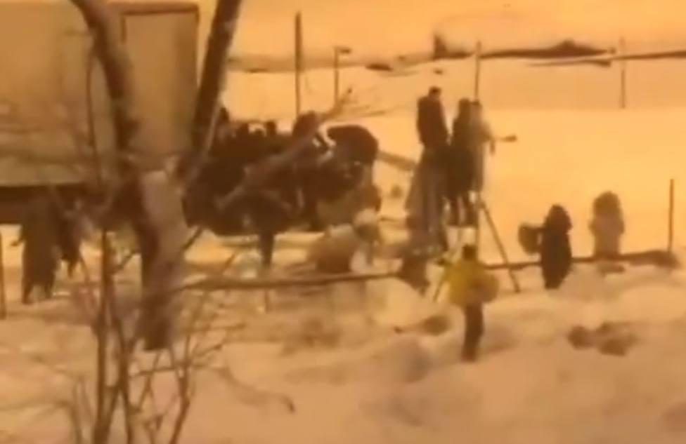 El vídeo de la vergüenza: Decenas de personas saquean un camión lleno de comida en plena nevada