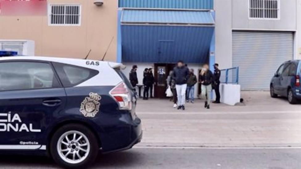 Sorprenden a treinta jóvenes en una fiesta clandestina en una nave de Alicante