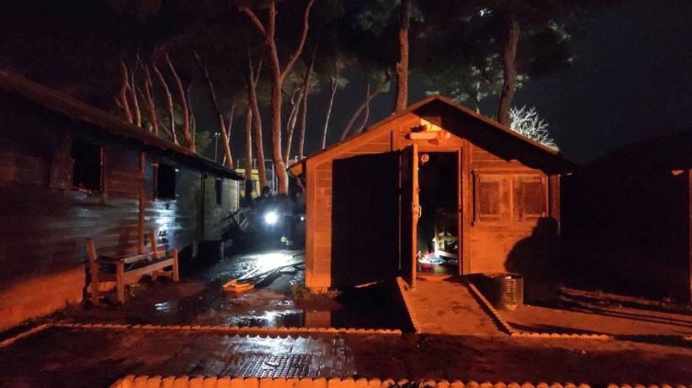Vista del estado de las casetas de madera del camping de Rostrogordo tras el incendio