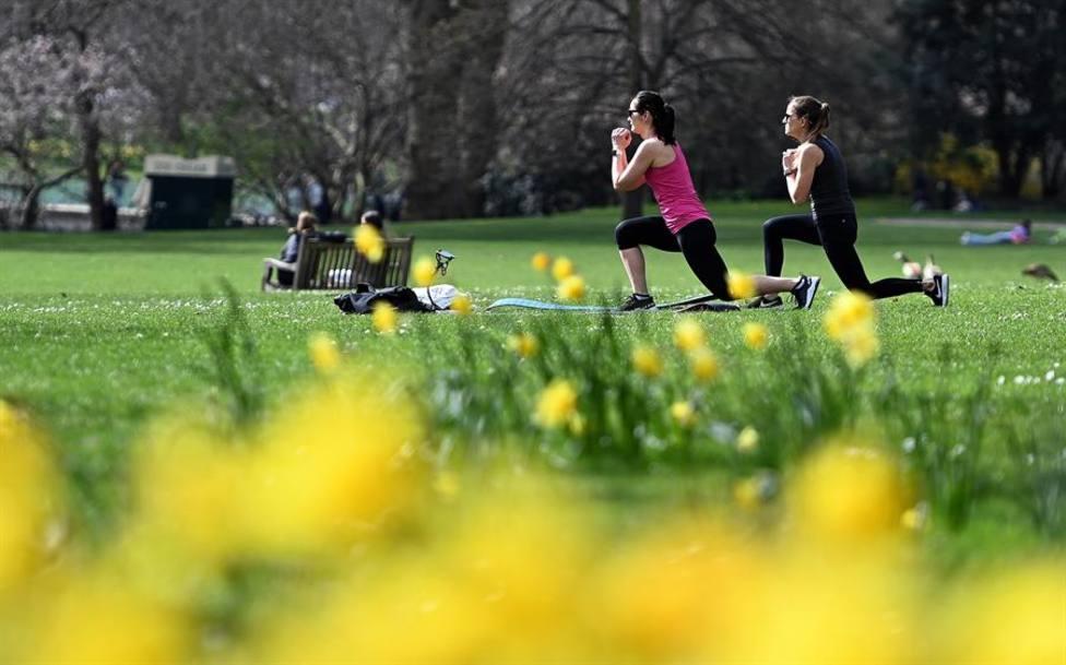 Varias mujeres haciendo deporte al aire libre en un parque londinense