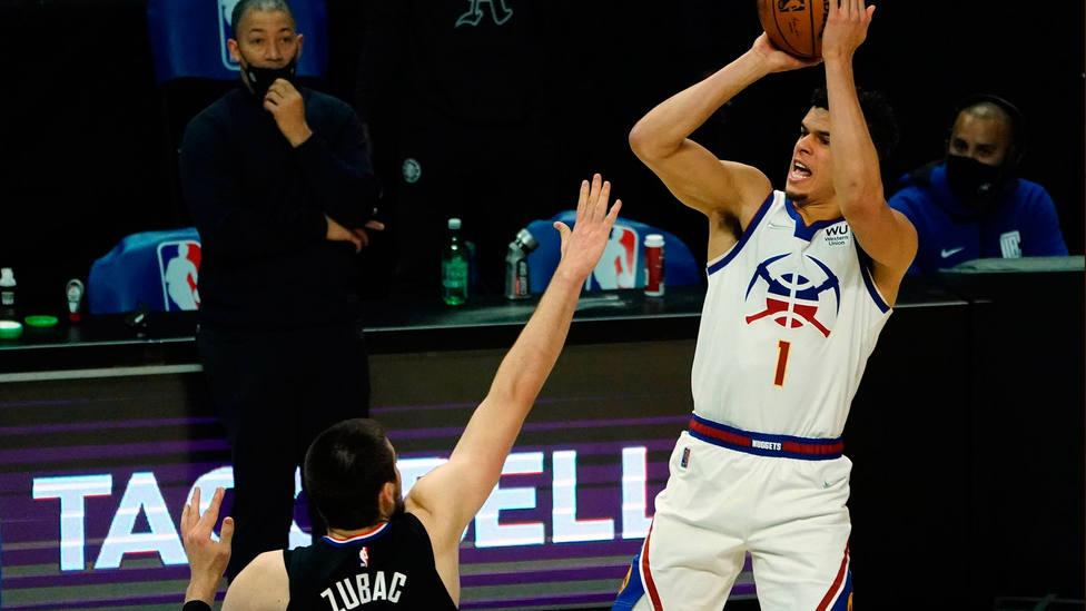 Michael Porter Jr. lanza a canasta ante Ivica Zubac durante el duelo entre Clippers y Nuggets. CORDONPRESS