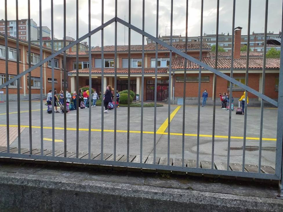 Foto Colegio desde el exterior de la verja (Europa Press)