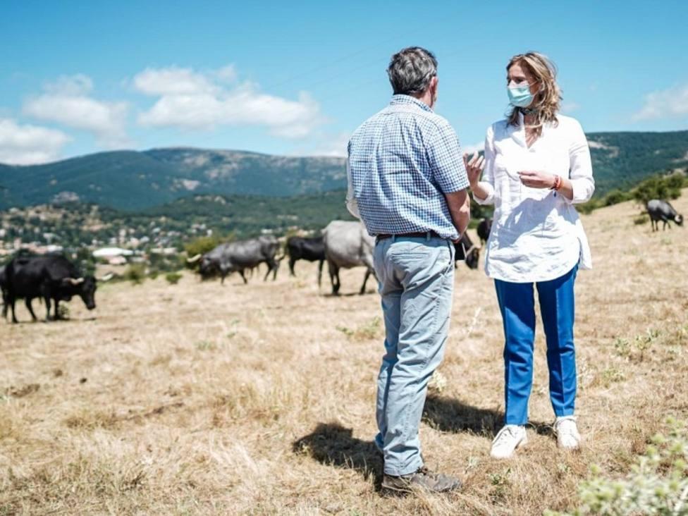 Paloma Martín, durante su visita a la explotación ganadera en Cercedilla /Comunidad de Madrid
