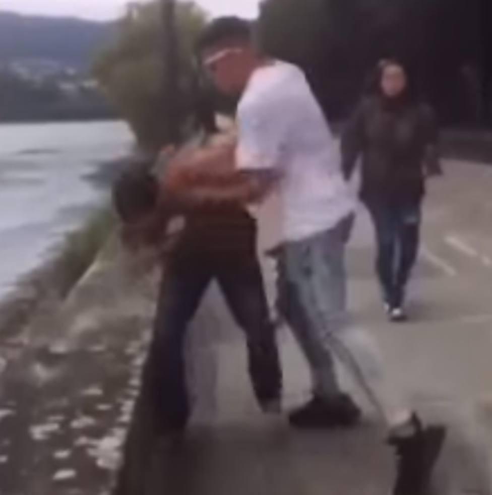 Un momento de la agresión que se produjo en el paseo de Pontedeume el pasado domingo 11 de julio
