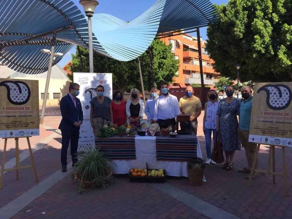El director general del Instituto de Turismo, Juan Francisco Martínez, ha participado este martes en la presentación de las I Jornadas de Gastronomía Tradicional, que tendrán lugar del 4 al 13 de septiembre en la pedanía murciana de Santiago y Z