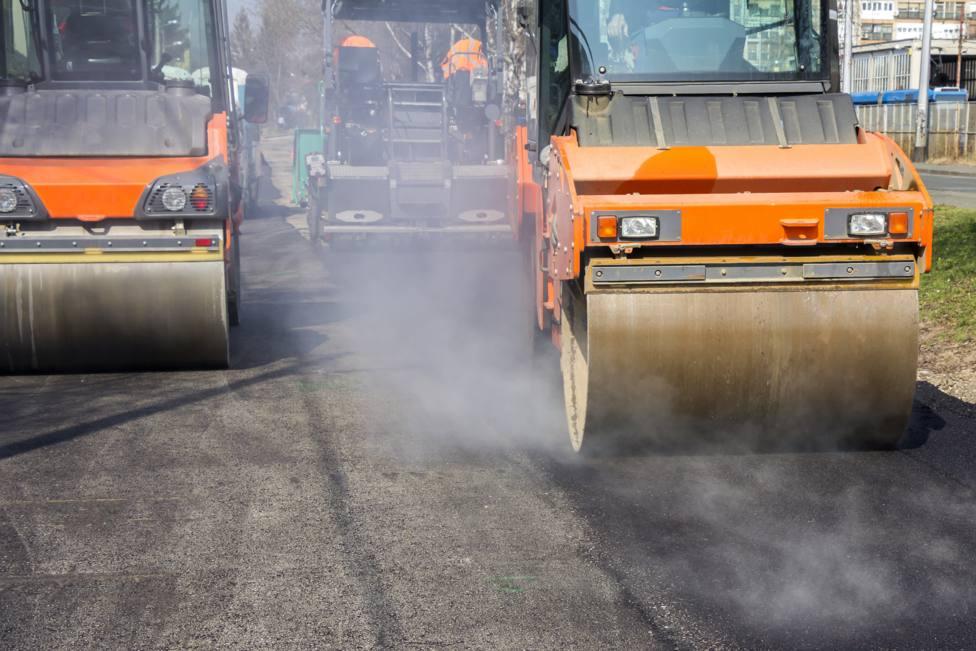 Rodillos compactadores de asfalto actuando en una carretera
