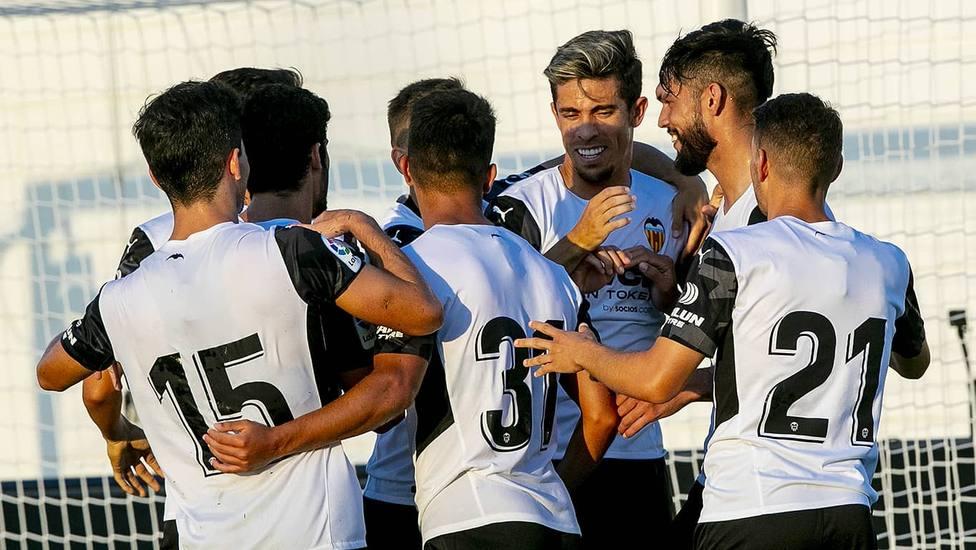 Los jugadores del Valencia CF celebran el gol de Alderete
