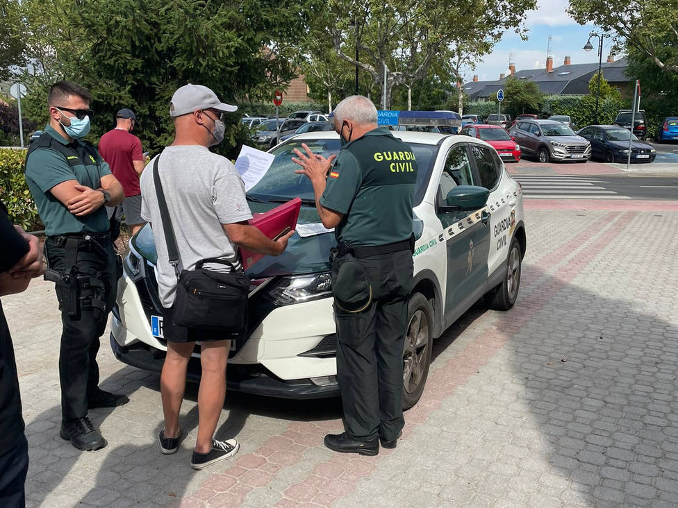 La Guardia Civil en la entrada al polideportivo de Galapagar