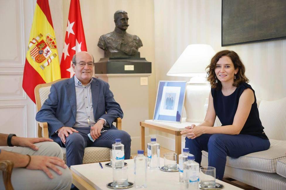 Isabel Díaz Ayuso con el alcalde de El Escorial, Antonio Vicente