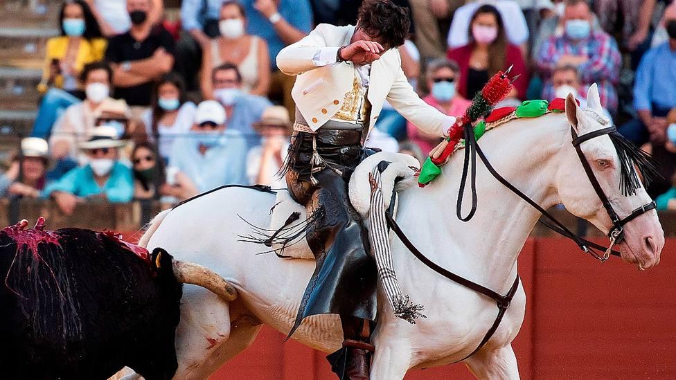 Momento de la cornada al caballo Máximo de Andrés Romero en la Maestranza