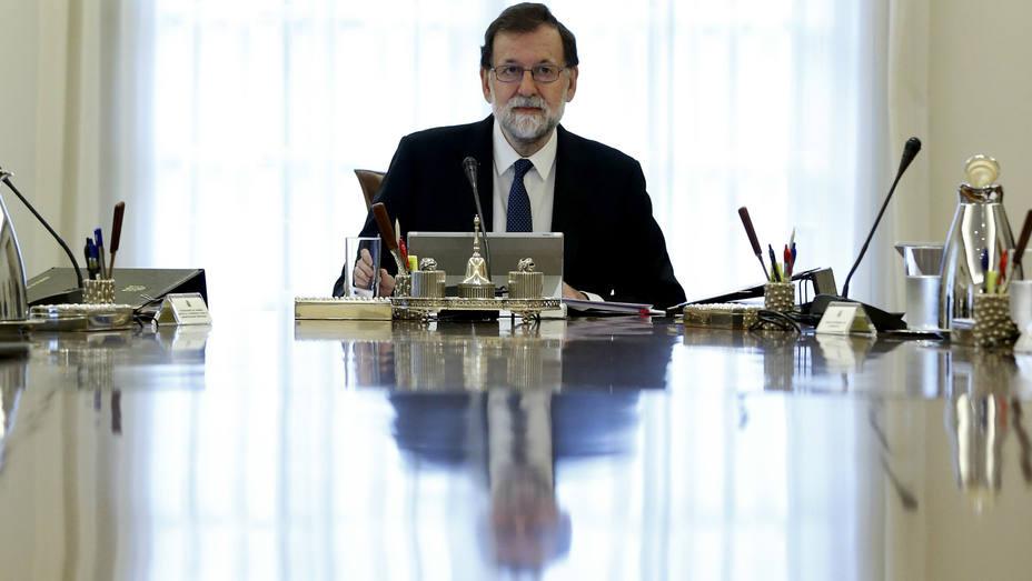 El jefe del Ejecutivo, Mariano Rajoy, preside una reunión extraordinaria del Consejo de Ministros