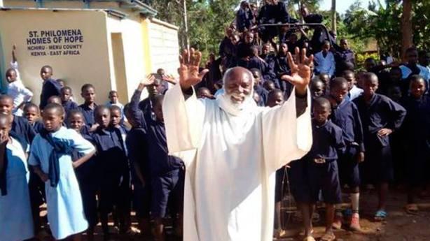 El Padre Francis Riwa busca que los niños se formen para que lleguen a la universidad o consigan trabajo