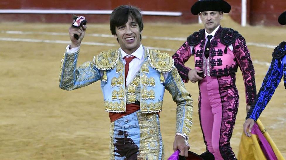Ángel Téllez con la oreja cortada este lunes en la plaza de toros de Valencia