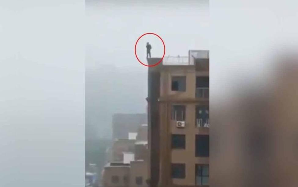 Intenta hacerse un selfie y muere tras resbalarse desde lo alto de un edificio en la India