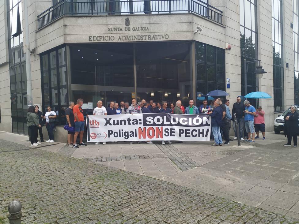 Extrabajadores de Poligal concentrados esta mañana en el Edificio de la Xunta