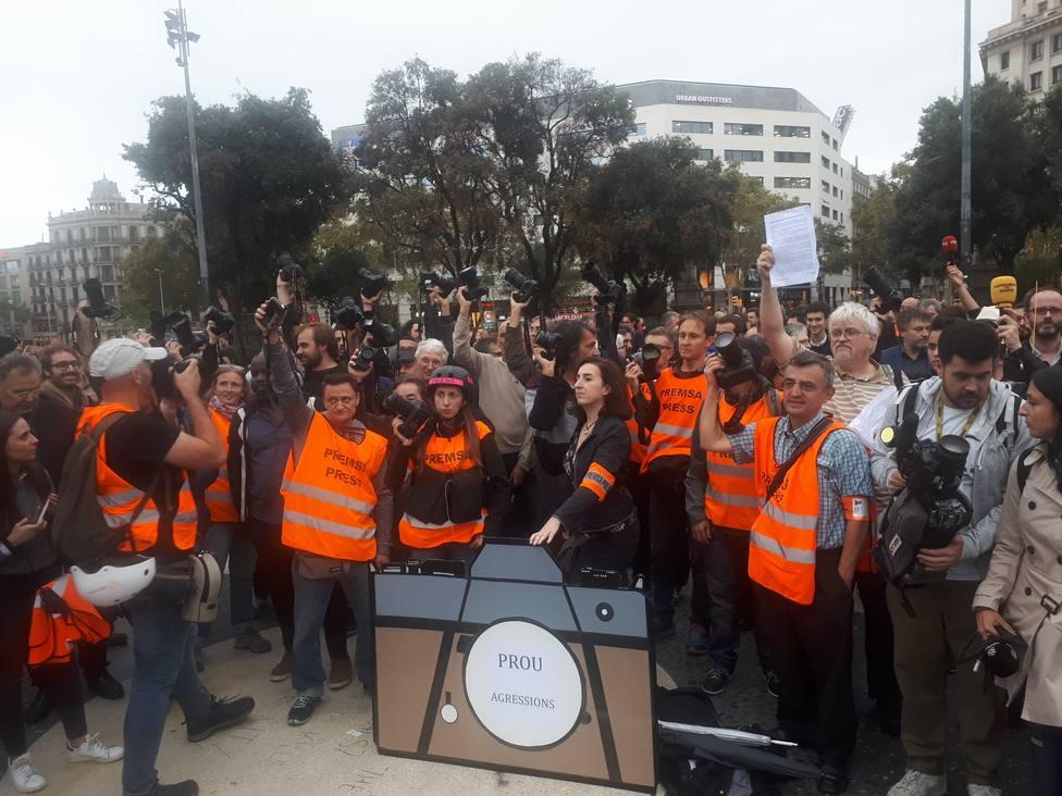 Unos 200 periodistas se concentran en Barcelona para rechazar las agresiones