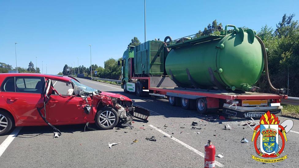 El vehículo accidentado sufrió daños importantes en la parte delantera - FOTO: SPEIS Narón