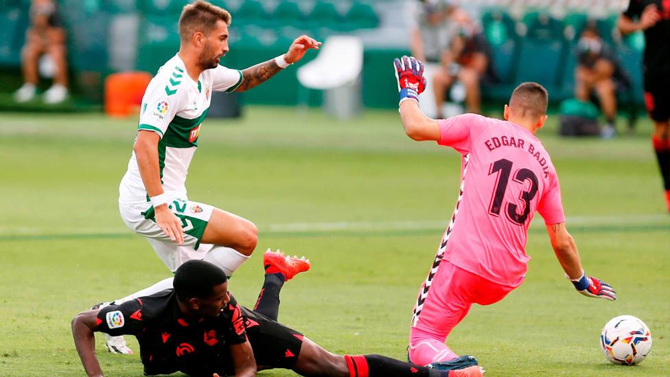 Alexander Isak intenta definir ante Josema y Edgar Badía durante el Elche - Real Sociedad. EFE